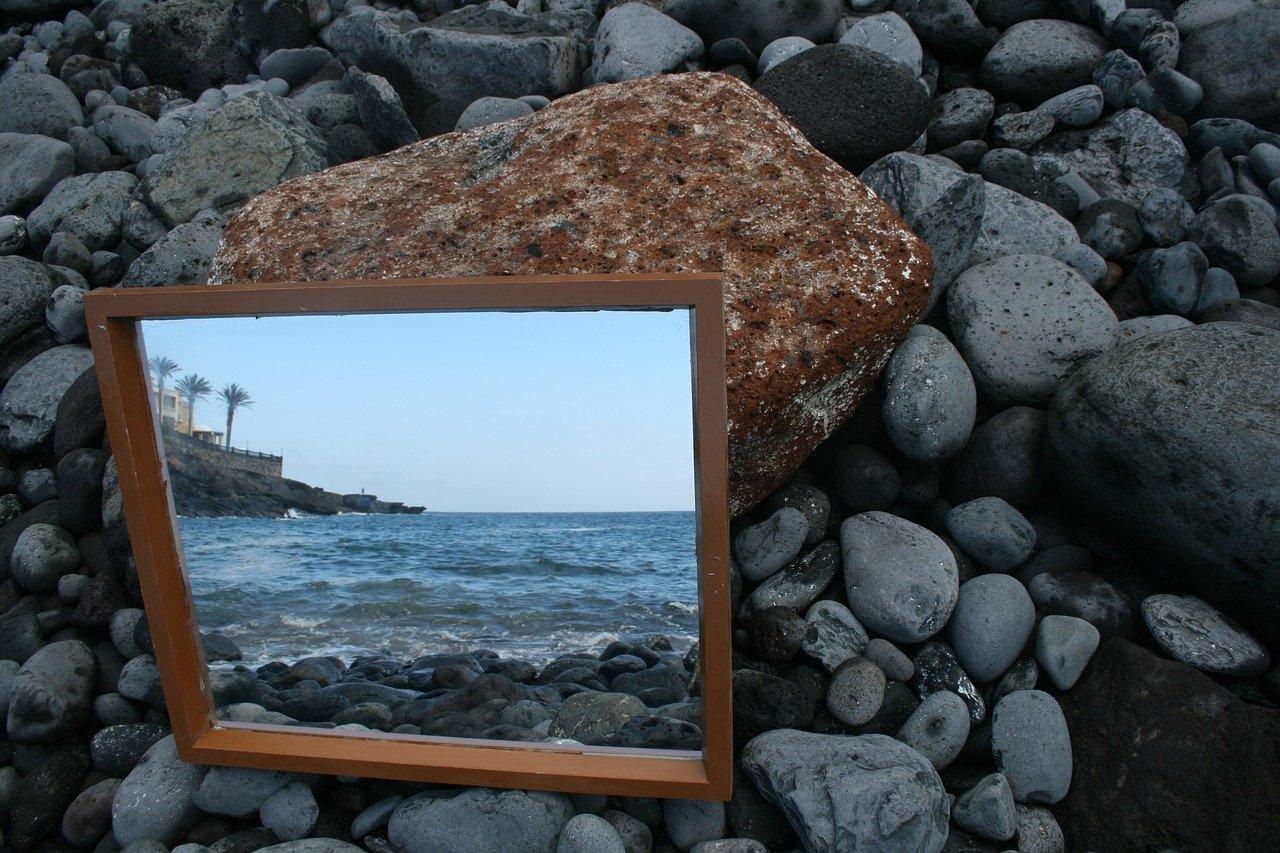 miroir sur des rochers